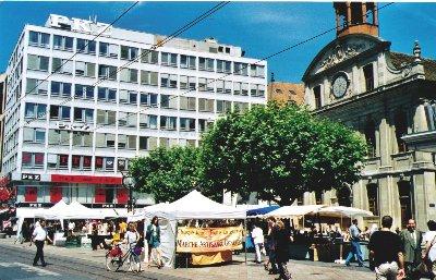 Dès 1998, PERCHO présente des petits formats sous forme de cartes originales dans le cadre des marchés d'artisans, tels celui de la Place de la Fusterie à Genève ou celui de la Palud à Lausanne