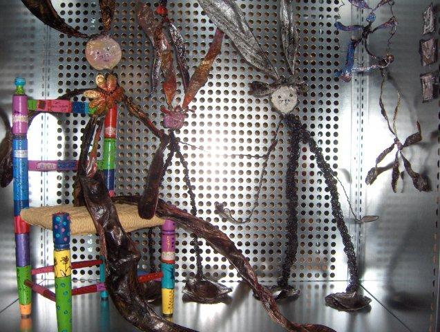 """En 2011, PERCHO participe à une exposition d'artistes contemporains organisée au Musée Rath sous le titre de """"Rathania's, ars similis casus"""", sur un concept de Fabrice Gygi.Constituée d'un ensemble d'étagères formant 296 cases de 100 cm de largeur x 100 cm de hauteur x 60 cm de profondeur chacune,chaque artiste dispose d'un casier dans lequel son œuvre prend place. Pour PERCHO, c'est l'occasion d'exposer quelques lapins en papier et fil de fer symbolisant la difficulté de trouver un logement en Ville de Genève obligeant une certaine partie de la population à vivre dans des """"cages à lapins"""""""